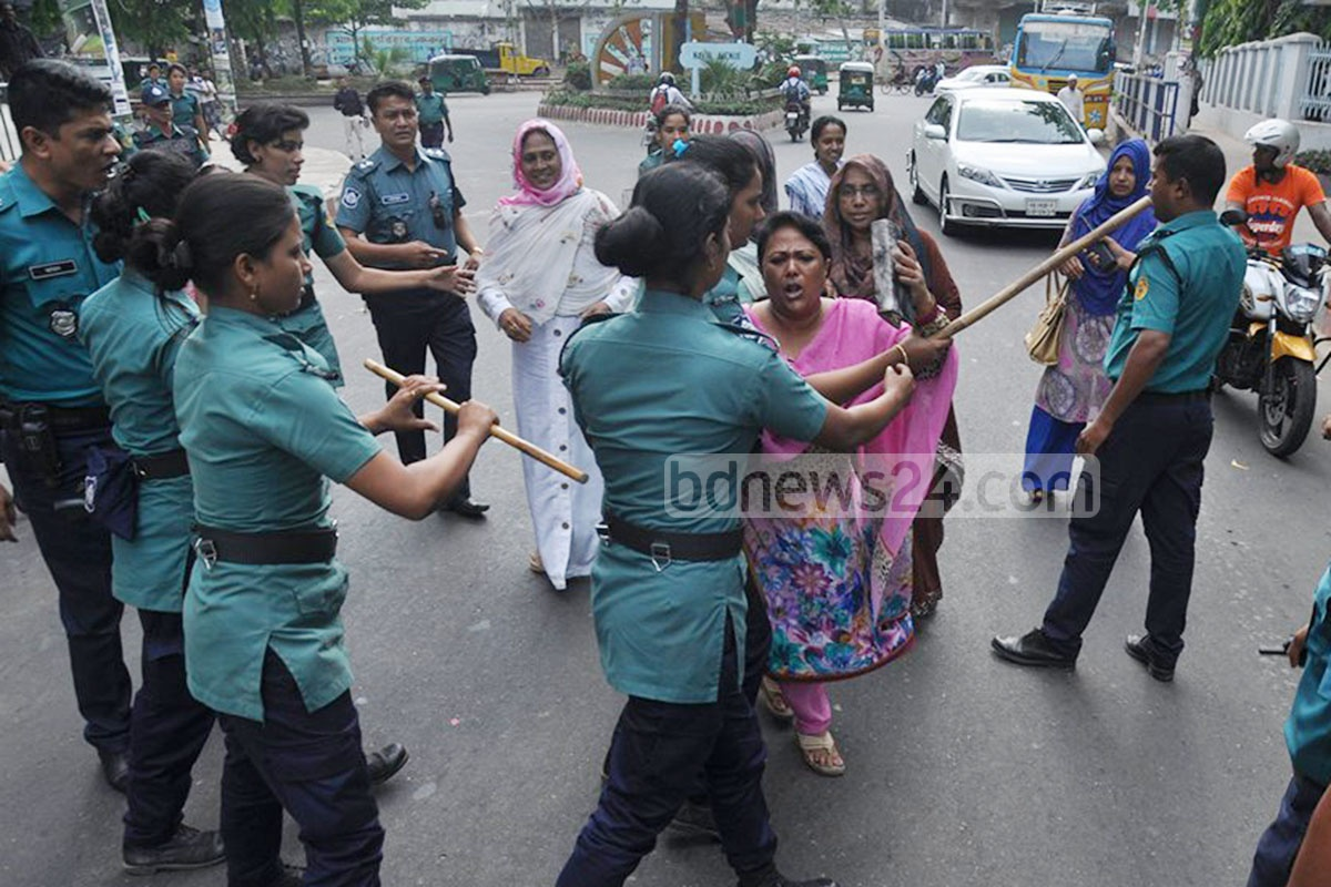 Police bar activists of BNP's student wing Jatiyatabadi Chhatra Dal as they try to take out a rally from BNP's Chittagong office in protest against the murder of Chhatra Dal leader Nurul Alam Nuru. Police detained some protesters during their strike on Sunday. Photo: suman babu