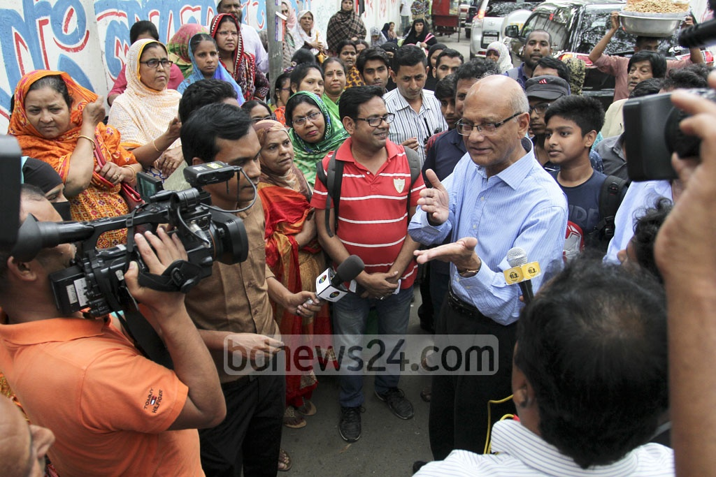 Education Minister Nurul Islam Nahid speaks with parents and guardians after his inspection of the Dhaka College HSC exam centre in Dhaka on Sunday. Photo: asif mahmud ove