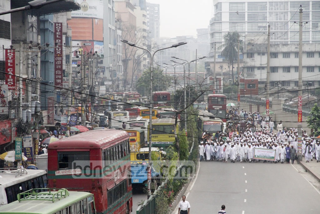 Islamic scholars march through Dhaka's Topkhana Road on their way to the Islamic Foundation Conference in Dhaka on Thursday. Long lines of traffic are seen behind them. Photo: tanvir ahammed