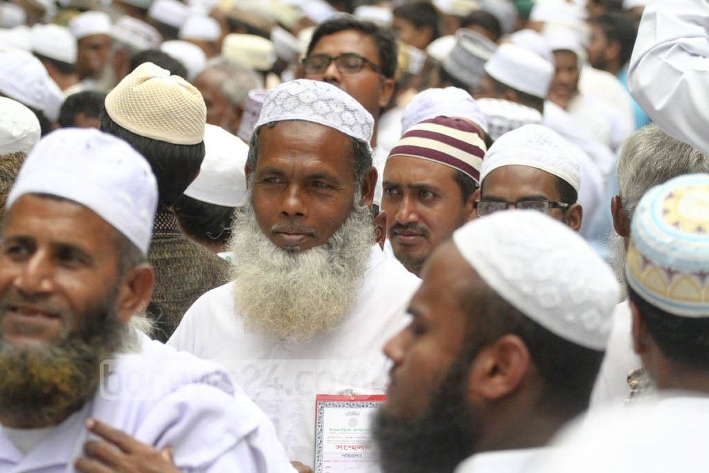 Islamic scholars enter Dhaka's Suhrawardy Udyan to participate in the Islamic Foundation Conference commemorating the 42nd anniversary of the organisation's establishment. Photo: abdul mannan