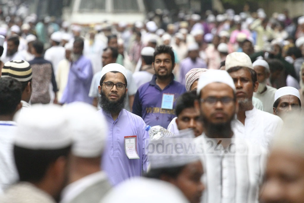 Islamic scholars from all over Bangladesh walk the streets of the capital on Thursday before the Islamic Foundation Conference commemorating the 42nd anniversary of the organisation's establishment. Photo: abdul mannan