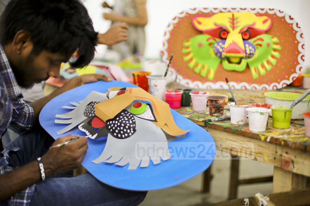 ​A student of Faculty of Fine Arts is seen busy making a mask.​