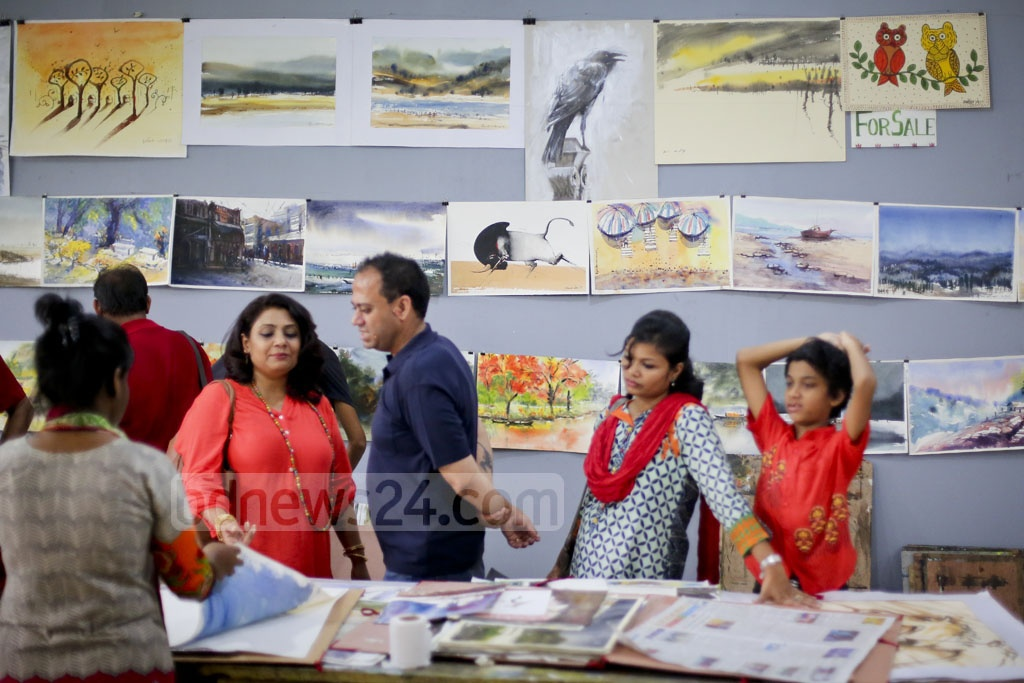 ​Visitors browsing the works of Dhaka University Facullty of Fine Arts students ​at the faculty premises on Friday.​​
