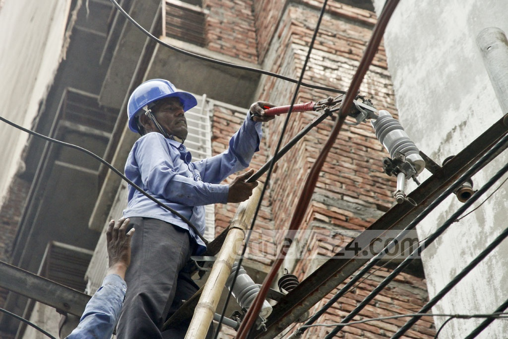 A worker is busy cutting power connections to the tanneries in the capital's Hazaribagh on Saturday.
