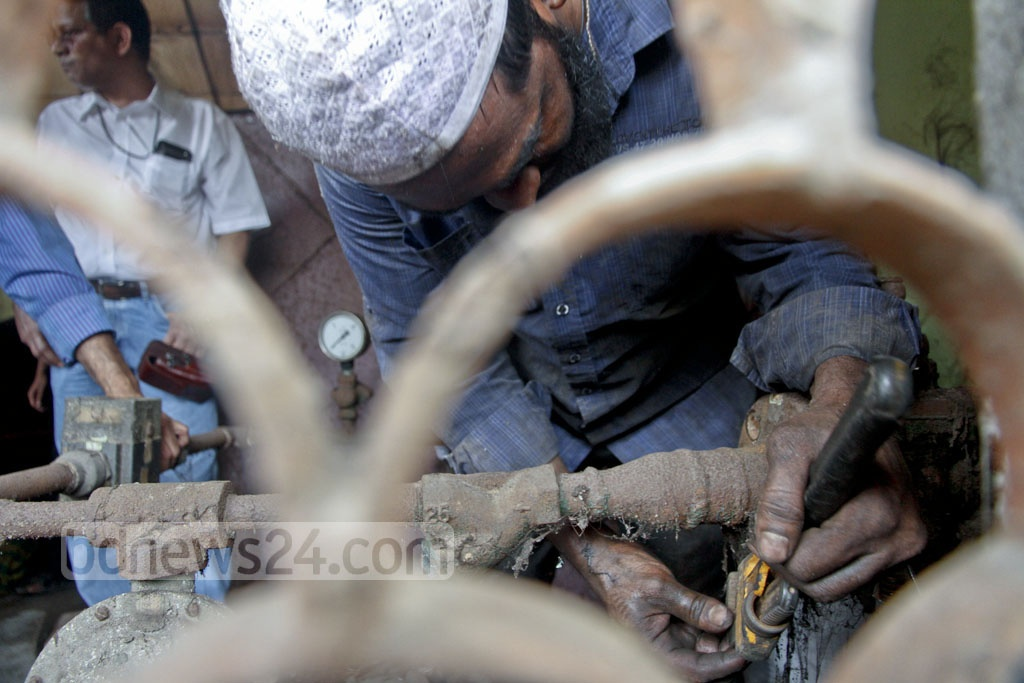 Titas Gas workers cut off gas lines to tanneries in Hazaribagh on Saturday following a court order.