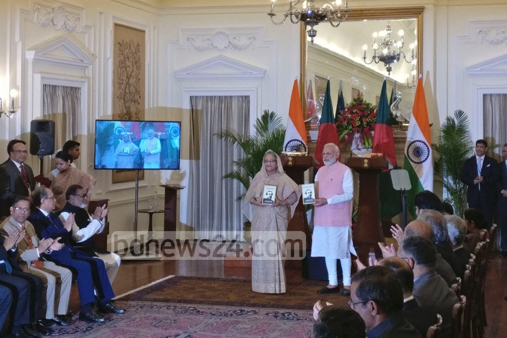 Prime minister Sheikh Hasina and Indian premier Narendra Modi unveiled the ​book ​cover of Bangabandhu Sheikh Mujibur Rahman's 'The Unfinished Memoirs' at the Hyderabad House in New Delhi on Saturday. Photo: Indian Ministry of External Affairs