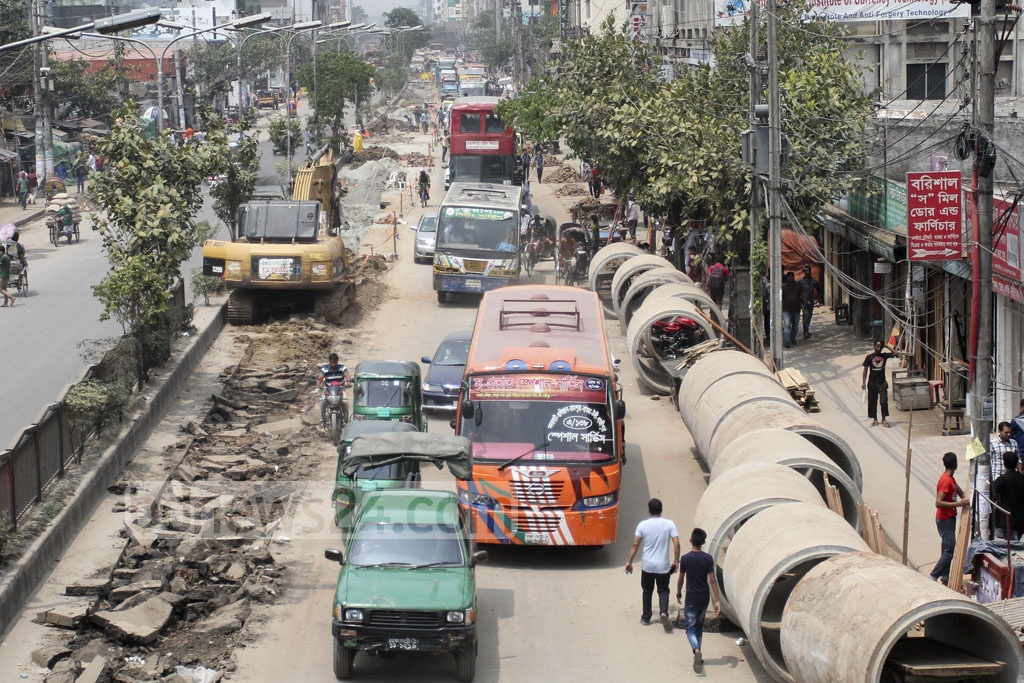 Commuters suffer delays as construction work on sewage pipes lead to traffic congestion in Dhaka's Badda. Photo: asif mahmud ove
