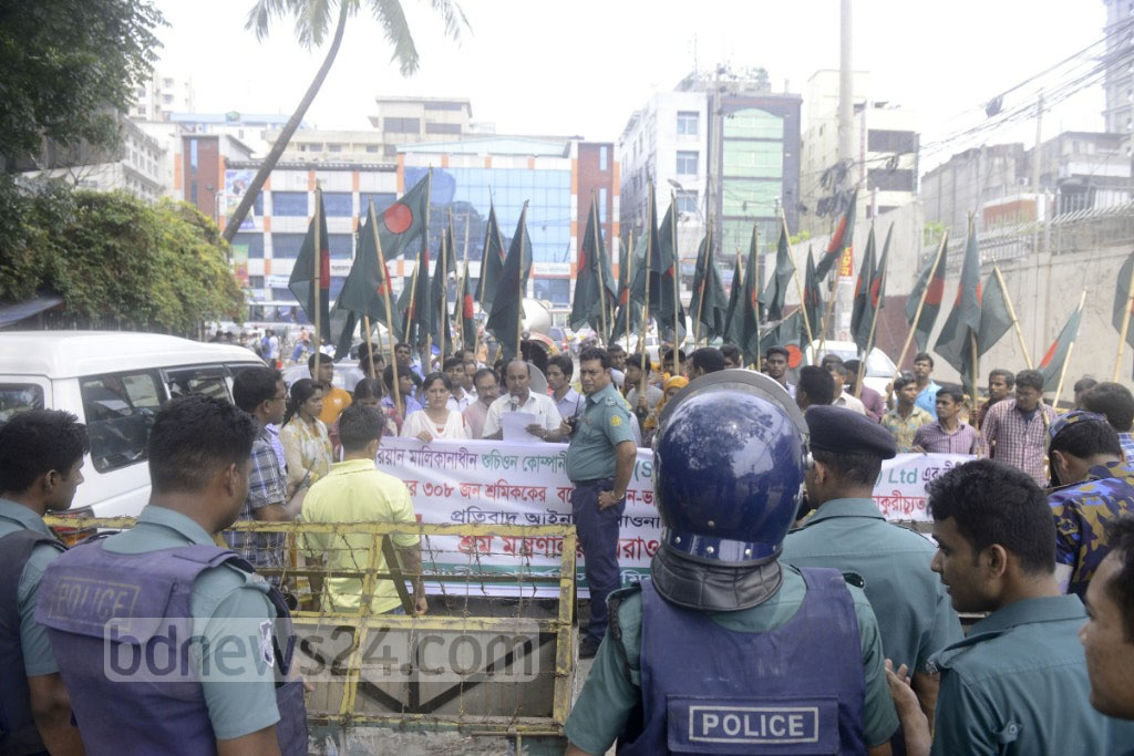 National Garment Workers Federation march in Dhaka on Sunday are blocked by police as they attempt to surround the Ministry of Labour to demand arrears payment for 308 workers of a Korean-owned factory.