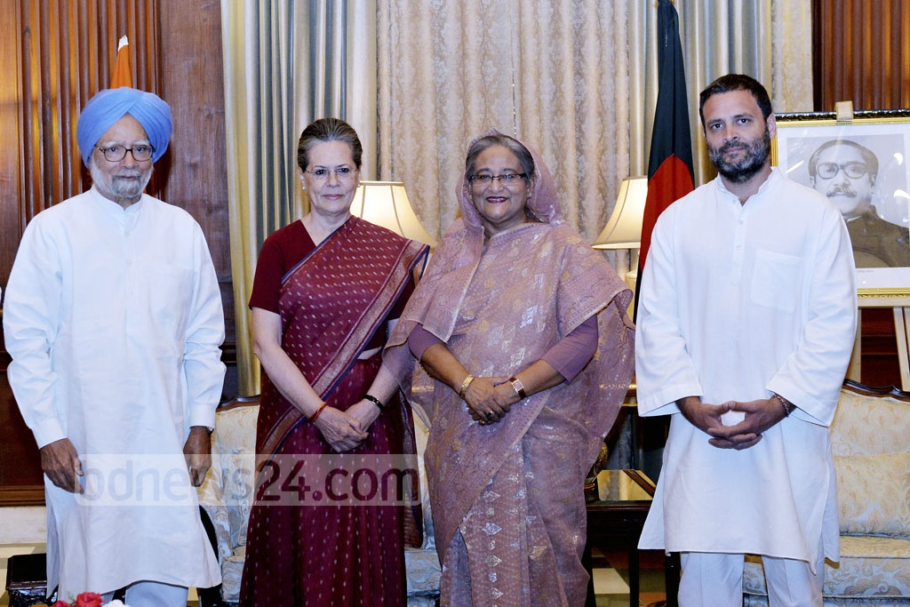 Former Indian Prime Minister Manmohan Singh, Congress president Sonia Gandhi and her son Rahul Gandhi pose for a photo with Prime Minister Sheikh Hasina at Rastrapati Bhavan in Delhi on Sunday. Photo: PID
