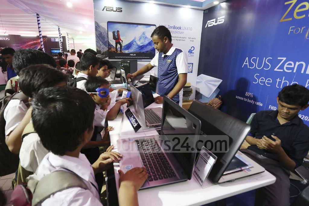 Students take a tour of City IT Computer Fair at Dhaka's BCS Computer City on Monday. The fair will continue until Apr 13.
