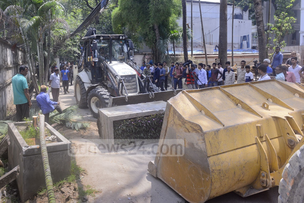 Dhaka North City Corporation clears part of a road and footpath occupied by constructions of the Italian Embassy in Gulshan on Tuesday, widening the road for traffic.