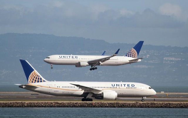 A United Airlines Boeing 787 taxis as a United Airlines Boeing 767 lands at San Francisco International Airport, San Francisco, California, US on Feb 7, 2015. Reuters