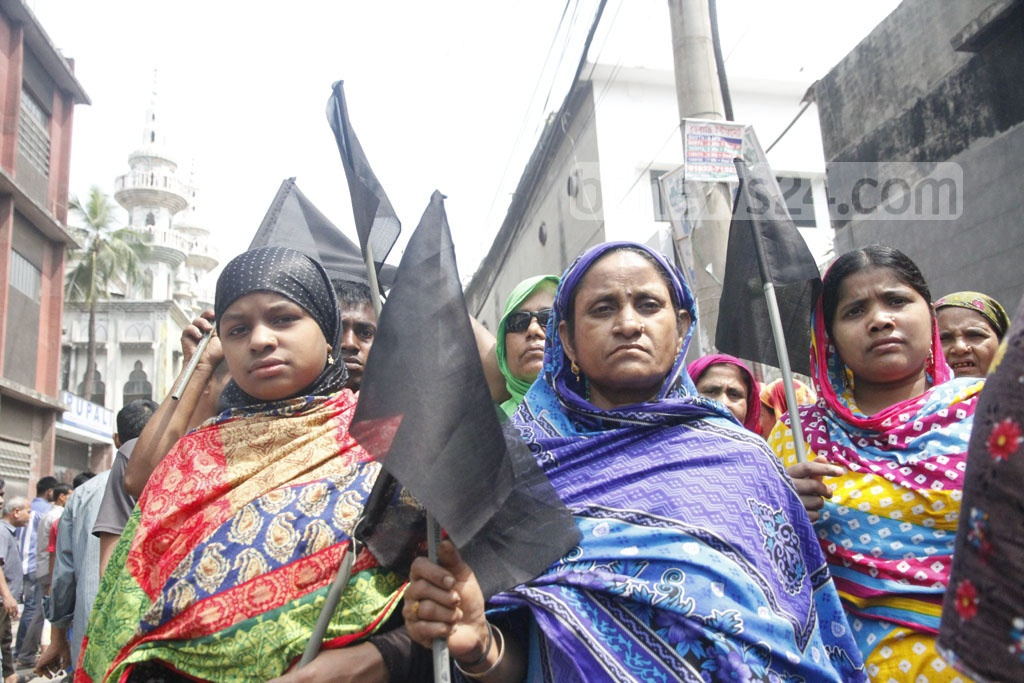 Black flags are raised during a procession by leather industry representatives at Hazaribagh on Wednesday. Photo: tanvir ahammed