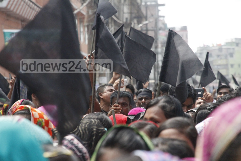 An unity of leather industry representatives take out a procession on Wednesday after a court order left tanneries in Hazaribagh without supplies of gas, electricity and water. Photo: tanvir ahammed