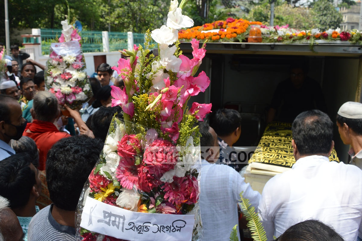 People pay their last tributes to journalist, poet and essayist Siddique Ahmed at the Chittagong Shaheed Minar in the port cityon Thursday.