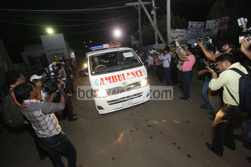 An ambulance, believed to be carrying one of the bodies of two hanged militant leaders, Mufti Hannan and Sharif Shahedul Bipul, leaves Kashimpur jail in Gazipur on Wednesday. Photo: tanvir ahammed