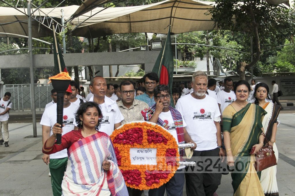 A torch-bearing team from the Liberation War Museum heads to the Bangabandhu Museum on Saturday. Photo: asif mahmud ove
