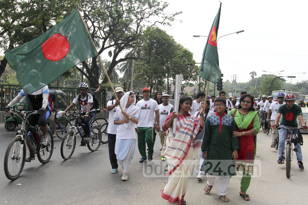 Torch bearers set out for Freedom Fighter Tower at Mohammadpur College Gate, carrying the eternal flame on Saturday. Photo: asif mahmud ove