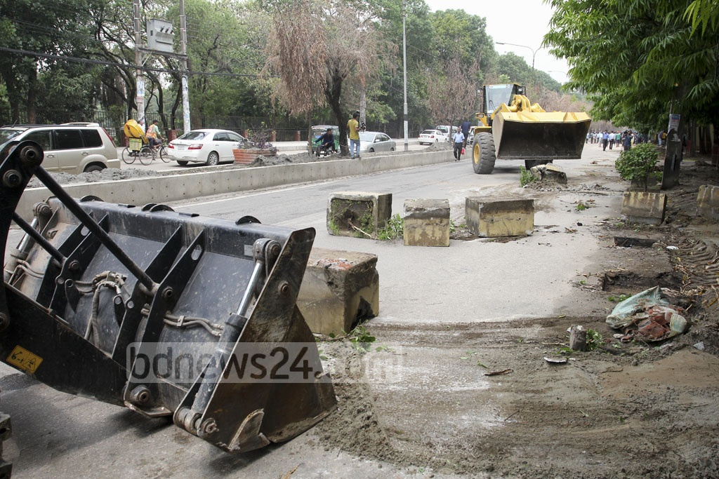 Dhaka North City Corporation clears concrete blocks and security fences in front of the Russian embassy in Gulshan on Thursday. Photo: asif mahmud ove
