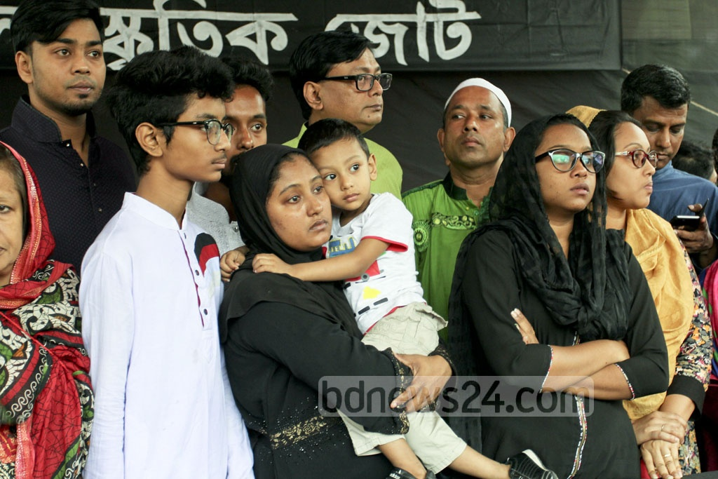 Family members including his wife and children bid farewell to Lucky Akhand on Saturday. Photo: asif mahmud ove