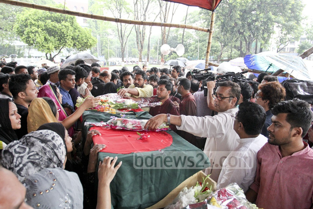 People from all walks of lives paid their respects to Lucky Akhand at Central Shaheed Minar on Saturday. Photo: asif mahmud ove