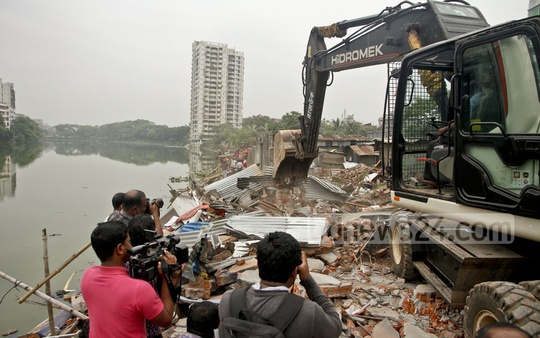Evictions around Dhaka's Gulshan Lake began, but Mariam Towers, described as 'itching ulcer' by the public works minister, is left untouched. As many as 18 families were evicted in the drive on Sunday. Photo: tanvir ahammed