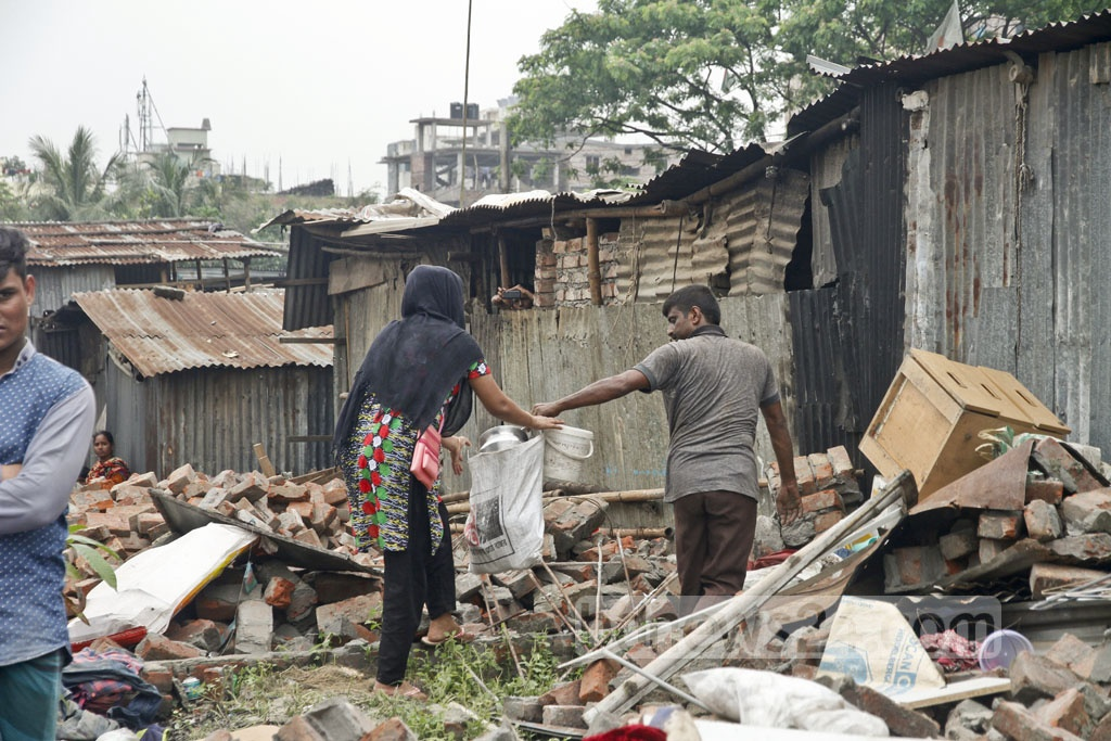 A family removes its belongings during the evictions around Dhaka's Gulshan lake. Photo: tanvir ahammed