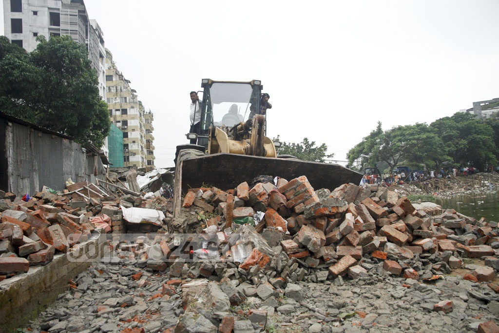RAJUK evicts illegal encroachers between Mariam Tower 1 and 2 on Badda-Baridhara Road at Dhaka's Gulshan on Sunday. Photo: tanvir ahammed
