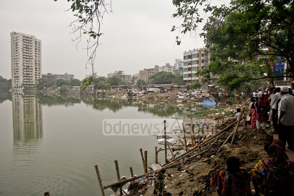 Evictions around Dhaka's Gulshan lake underway, but Mariam Towers, described as 'itching ulcer' by the public works minister, is left untouched. Photo: tanvir ahammed