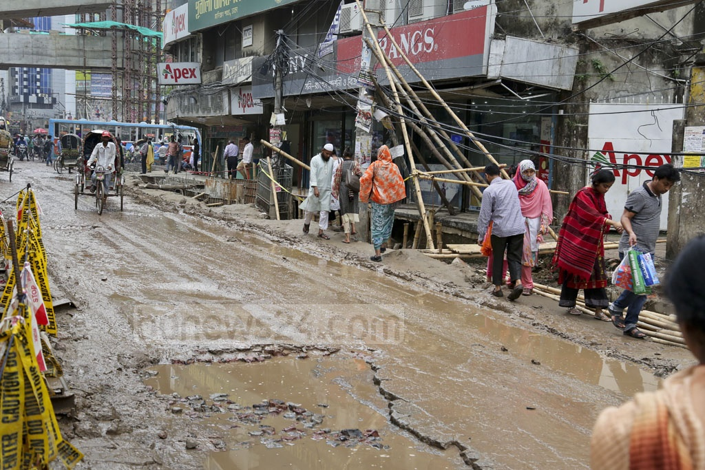 A combination of work on sewage pipes along the road from the Malibagh intersection to the Malibagh rail crossing and haphazardly strewn construction equipment and materials from the flyover project has blocked the road to pedestrians. Photo: asaduzzaman pramanik