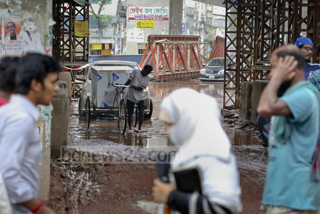 A photo taken on Sunday afternoon shows the flooded streets at the Malibagh intersection. Photo: asaduzzaman pramanik