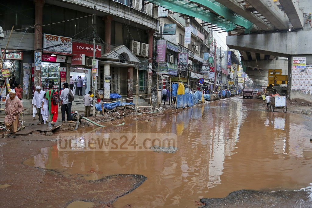A photo taken on Sunday shows the flooded road from the Malibagh intersection to Mouchak. Photo: asaduzzaman pramanik