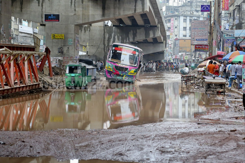 Flooding due to the heavy rains in the past three days has increased the problems on the road from the Shantinagar intersection to Malibagh. Photo: asaduzzaman pramanik