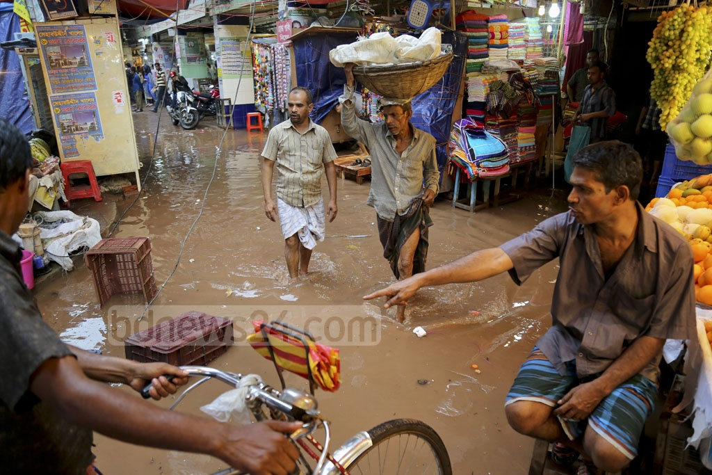 After three days of rain, all entrances to Mouchak market have been flooded. Though stores are open, few customers were seen on Sunday. Photo: asaduzzaman pramanik