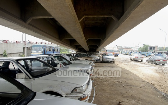 The empty space under Kuril Flyover in the capital 'converted' into an illegal parking lot. Photo: tanvir ahammed