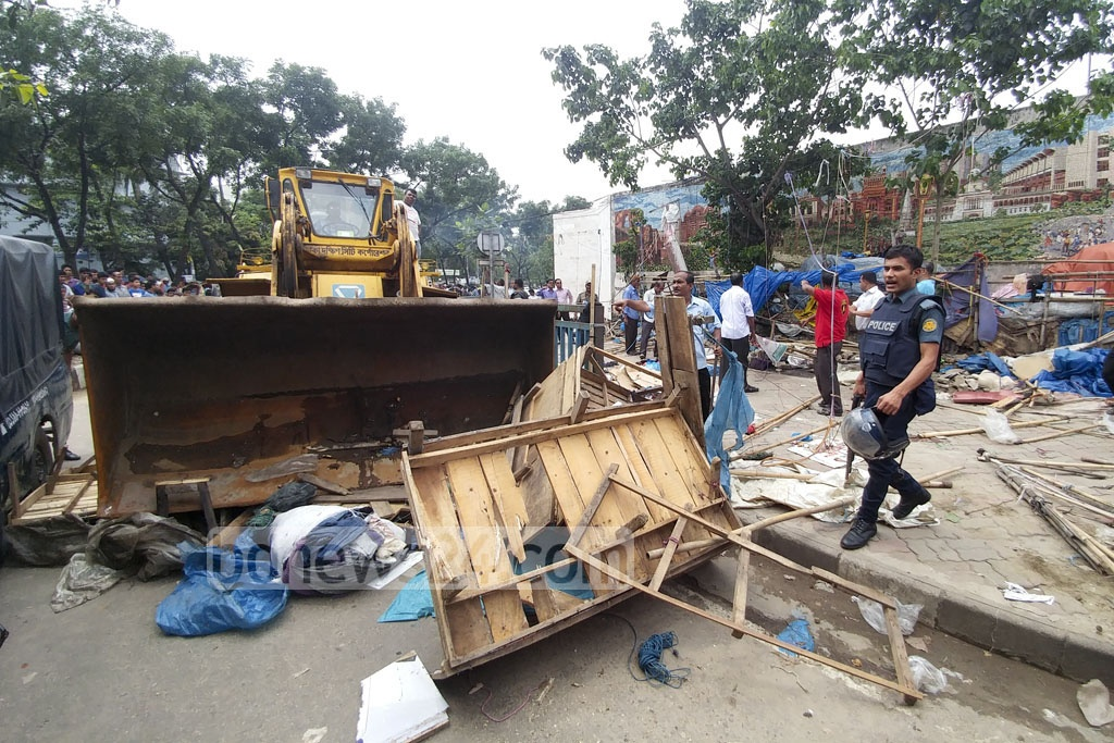 Dhaka South City Corporation conducted an eviction drive to clear footpaths from hawkers inside the New Market area in Dhaka on Wednesday. Photo: abdul mannan