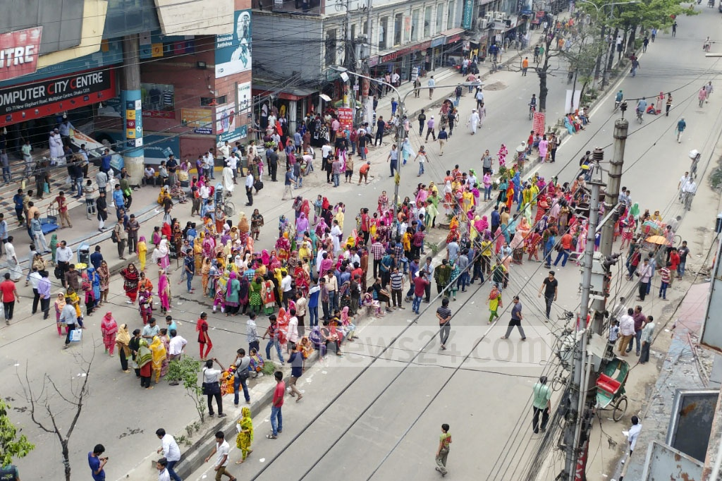 Vehicular movement on the road stretching from Science Laboratory to Bata Signal in capital's Elephant Road area remained blocked on Thursday, due to a demonstration of garment workers. Photo: abdul mannan