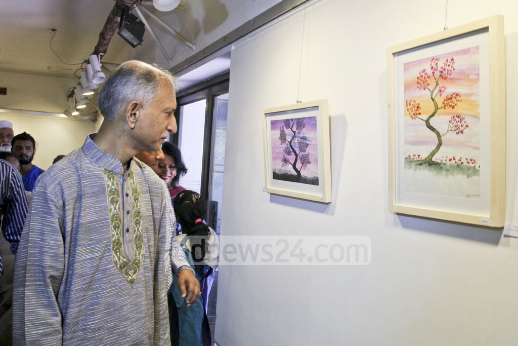 Dhaka University Vice Chancellor Prof AAMS Arefin Siddique views an exhibition of art by underprivileged children at Dhaka's Drik Gallery on Saturday. Photo: asif mahmud ove