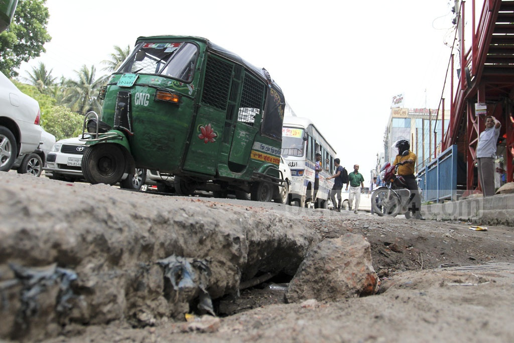 Unfinished road construction on Dhaka's Mirpur Road puts various vehicles at risk. Photo: asif mahmud ove