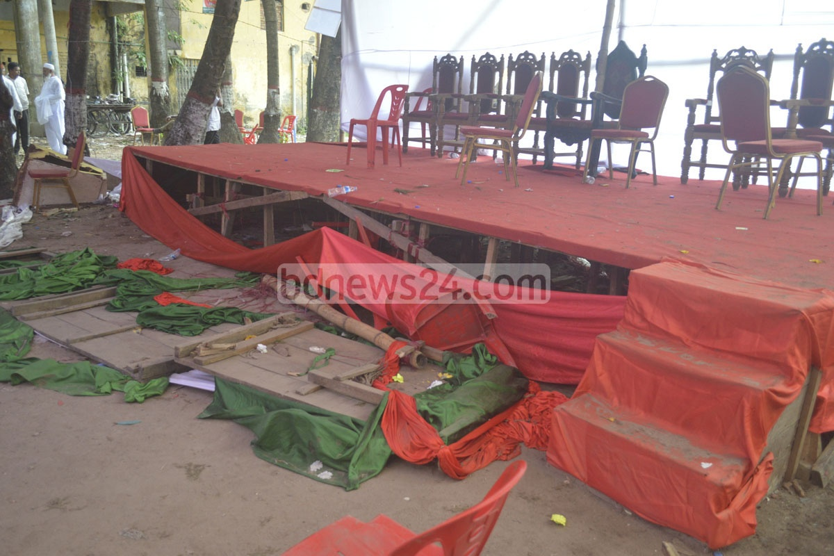 A fight between rival workers of the BNP's North Chittagong District unit left their meeting venue in disarray on Tuesday. Photo: suman babu