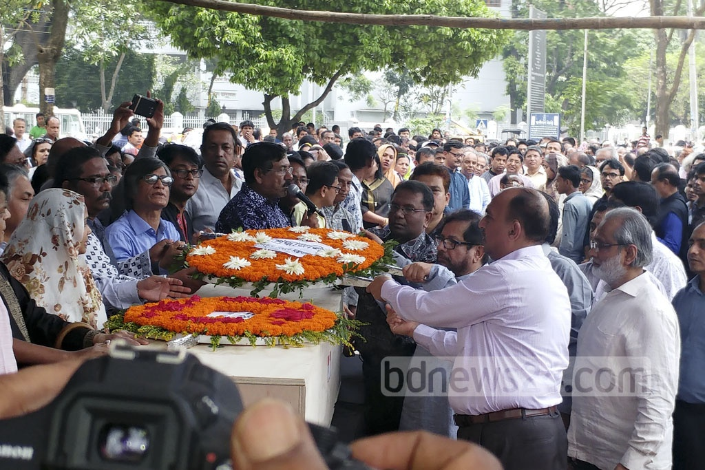 Officials of the cultural affairs ministry place a wreath on the coffin of renowned reciter Kazi Arif at Dhaka's Central Shaheed Minar on Tuesday. Photo: abdul mannan