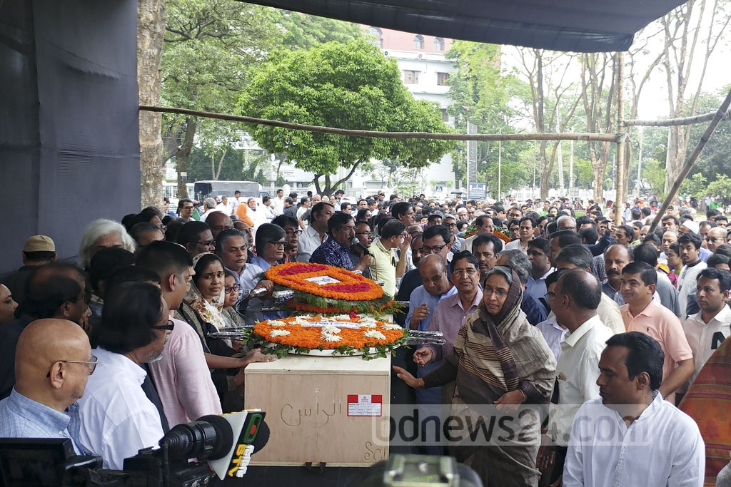 Leaders of the ruling Awami League pay their last respects to renowned reciter and freedom fighter Kazi Arif. His mortal remains were brought to the Central Shaheed Minar premises in the capital on Tuesday. Photo: abdul mannan