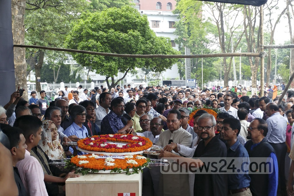 Leaders of Jatiya Samajtantrik Dal place a wreath on the coffin of renowned reciter Kazi Arif at Dhaka's Central Shaheed Minar on Tuesday. Photo: abdul mannan