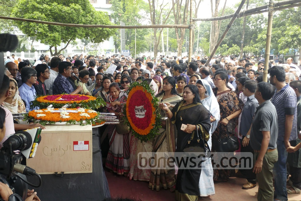 Members of Bangladesh Mohila Awami League, a unit of the Awami League, place a wreath on the coffin of renowned reciter and freedom fighter Kazi Arif at Dhaka's Central Shaheed Minaron Tuesday. Photo: abdul mannan