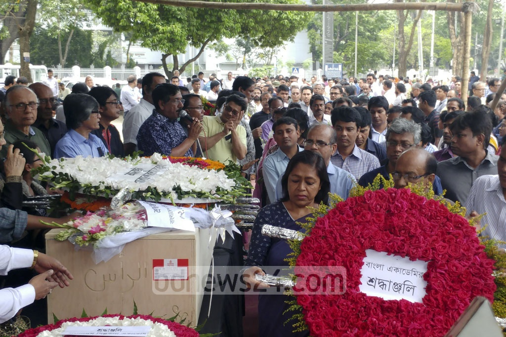Bangla Academy officials pay tributes to reciter and freedom fighter Kazi Arif at Dhaka's Central Shaheed Minar on Tuesday. Photo: abdul mannan