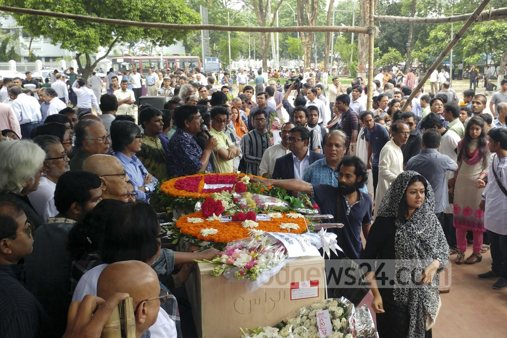 People from all walks of lives paid respects to reciter and freedom fighter Jazi Arif at Dhaka's Central Shaheed Minar on Tuesday. The 65-year-old passed away on Saturday while undergoing treatment at a New York hospital. Photo: abdul mannan