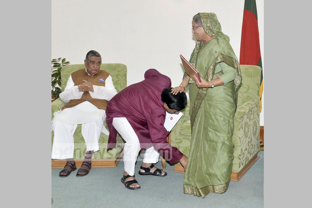 Comilla City Mayor Monirul Haque Sakku pays his respects to Prime Minister Sheikh Hasina after being sworn in for his second five-year term at the Prime Minister's Office on Thursday. Photo: Yeasin Kabir Joy