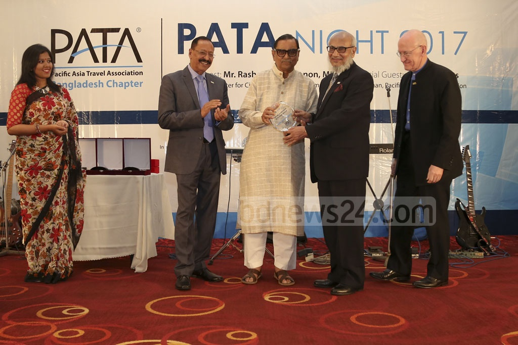 Tiger Tours CEO Abdul-Muyeed Chowdhury, former managing director of Biman and adviser to 2001 Caretaker Government, receiving the Lifetime Achievement Award.