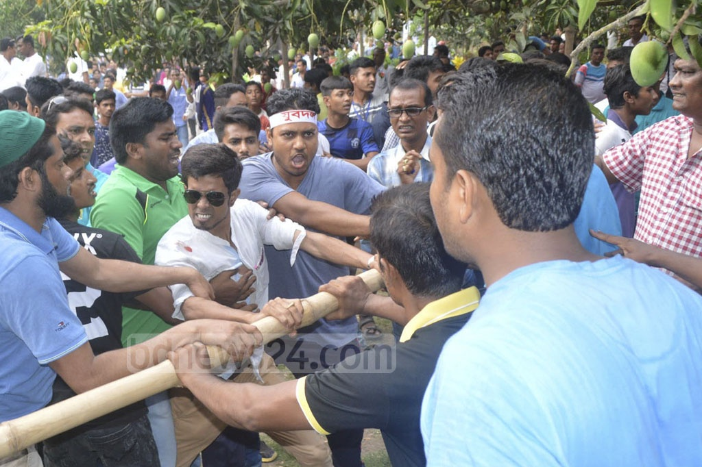 A fight erupted between two factions of the BNP's Rajshahi city unit during a workers' rally on Monday. Photo: Gulbar Ali Juwel
