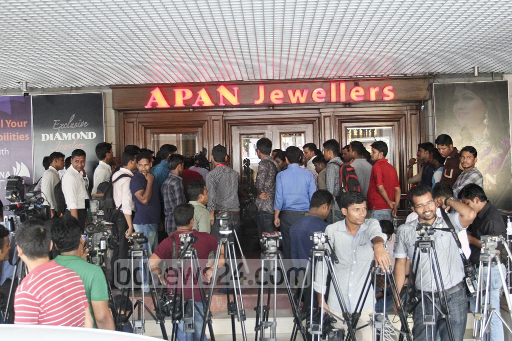 Journalists and onlookers gather outside the Apan Jewellers' outlet in Gulshan's Suvastu Tower during a customs raid on the shop on Monday. Photo: asif mahmud ove